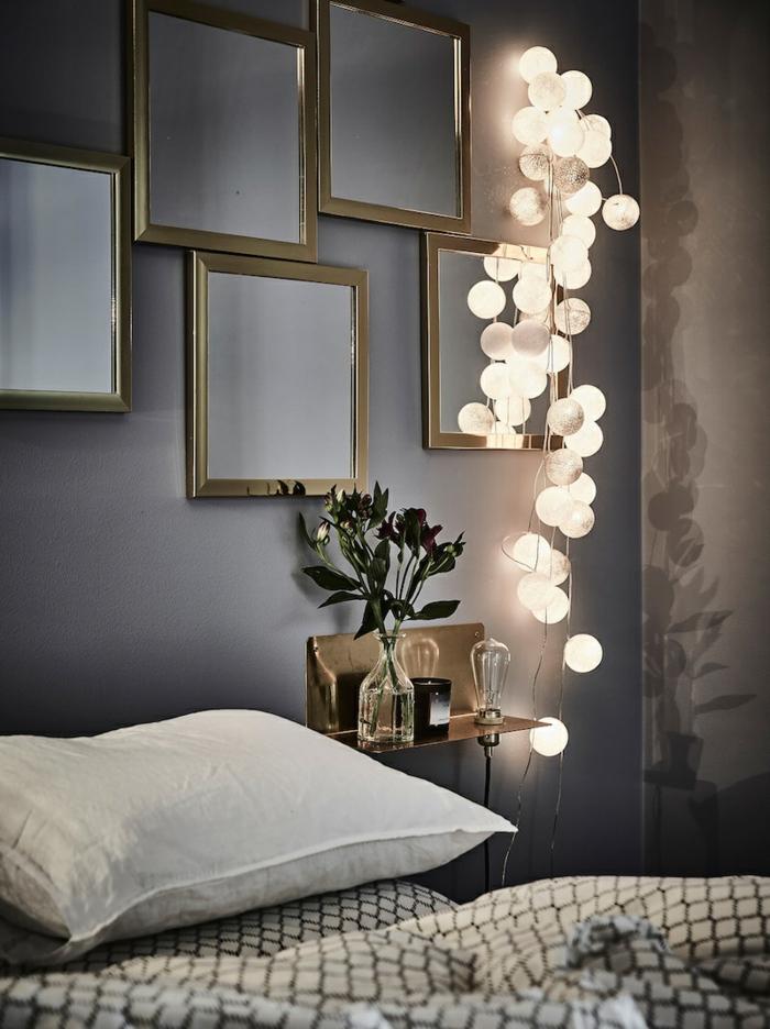 guirlande de boules lumineuses, miroirs encadrés, peinture gris anthracite, tablette murale avec lampe ampoule et vase