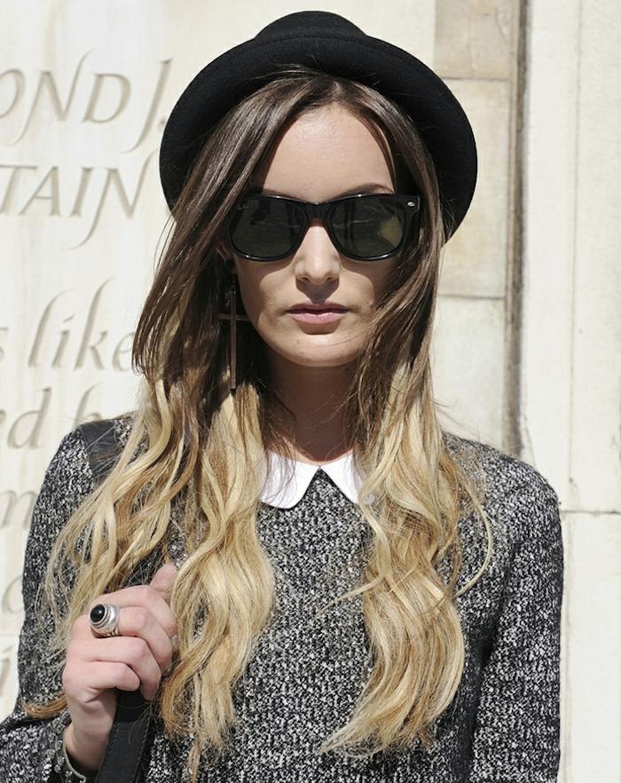 tie and dye brune aux cheveux longs ondulés avec coloration meches blond platine sur pointes