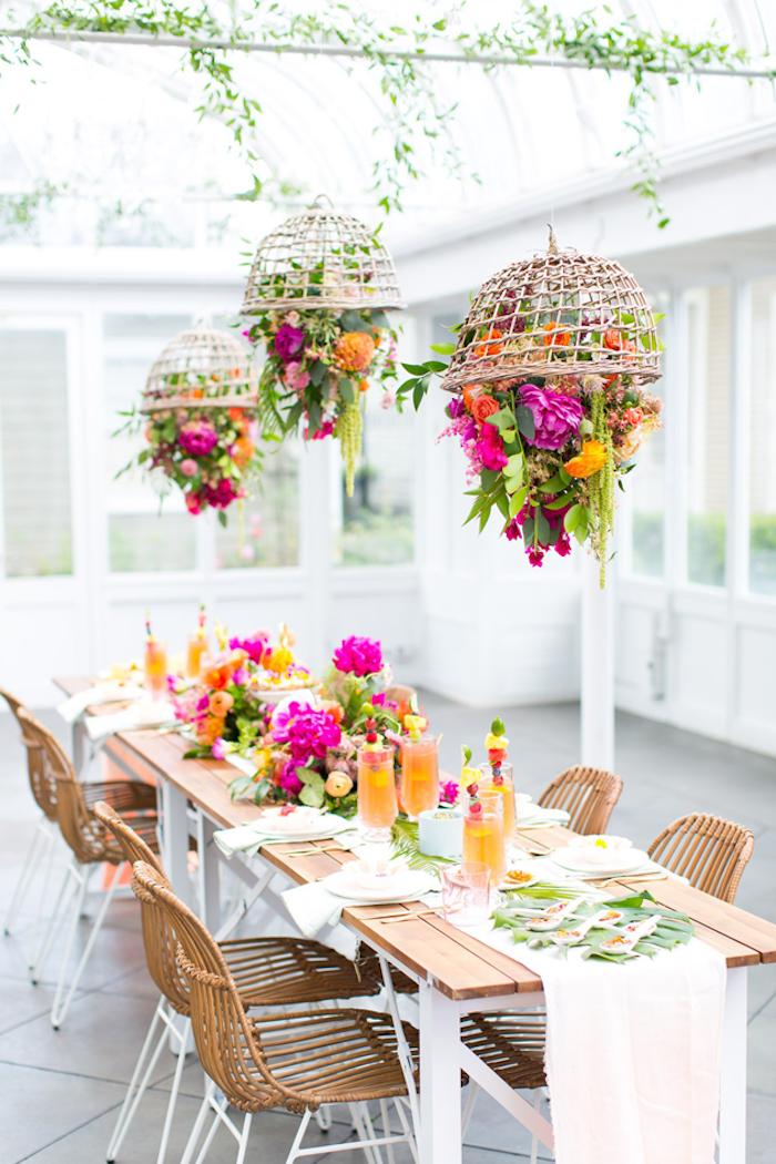 Anniversaire 18 ans fille, décoration anniversaire 18 ans, fête majorité, table joliment décoré avec fleurs fraiches, lustres de fleurs