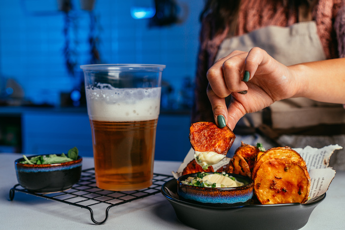 chips maison à la paprika, oignons verts, de l ail et fécule de maïs à servir avec mayonnaise et bière, apéritif dinatoire facile et rapide