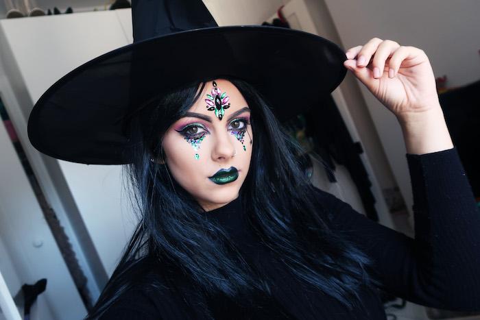 comment faire son maquillage halloween sorciere, dessin larmes colorées, maquillage yeux ombres à paupières bleu et violet, rouge à lèvres vert et bleu