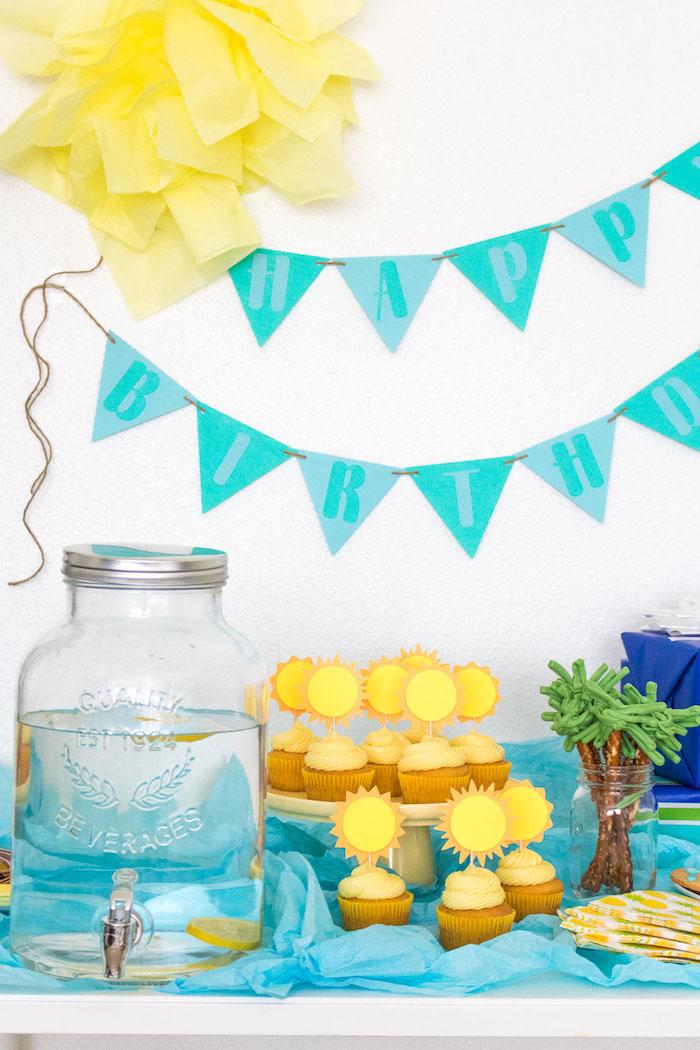 Gateau 18 ans, cupcakes soleil, décoration joyeux anniversaire 18 ans, décoration d anniversaire été