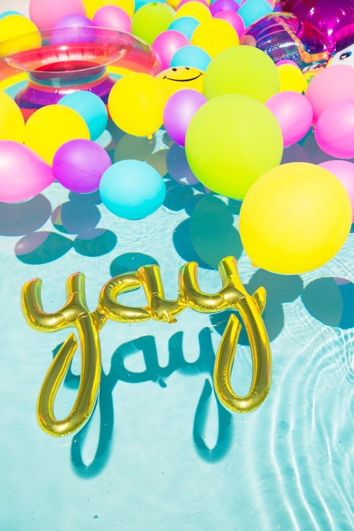 Décoration anniversaire 18 ans a faire soi meme joyeux anniversaire 18 ans, ballons à la forme de yay pour celebrer à la piscine