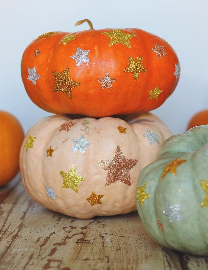 decoration citrouille pailletée d étoiles en paillettes motif créé avec du col et paillettes, composition decorative originale