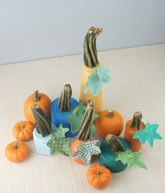 recyclage boite de conserve repeinte de peinture avec tige citrouille naturelle et des feuilles en papier, potirons pour centre de table halloween