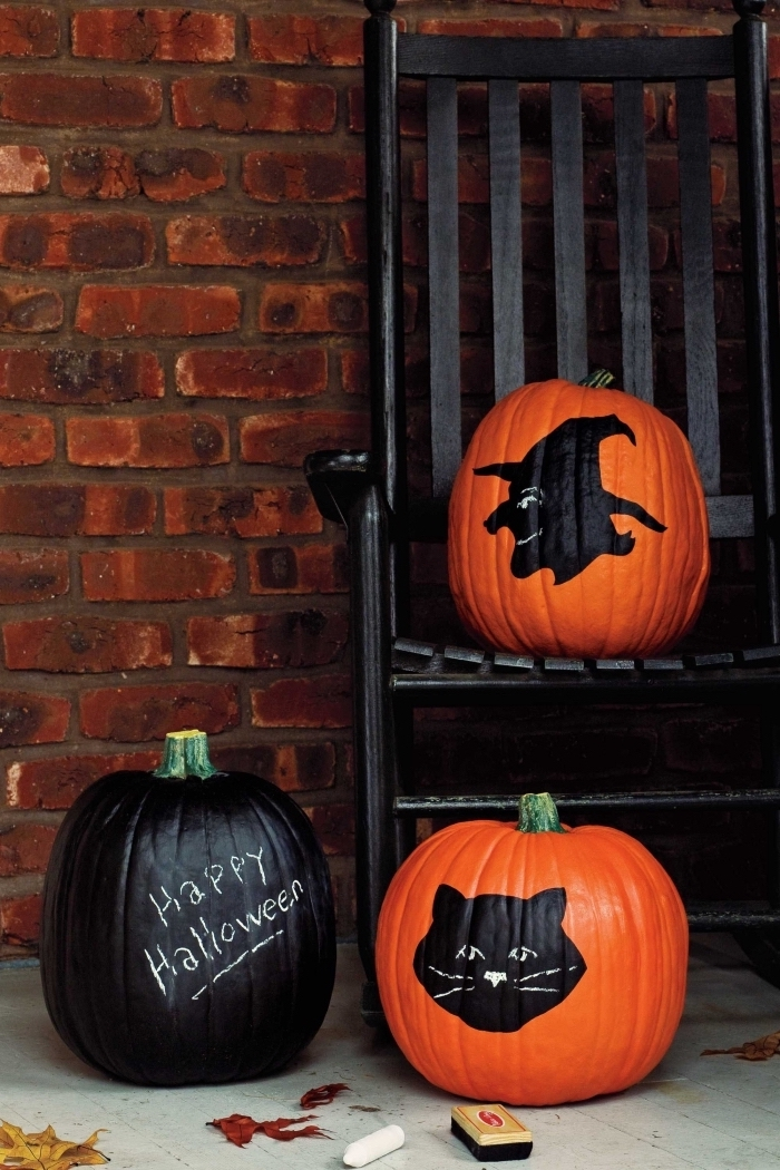 idée comment décorer extérieur pour la fête d'Halloween avec citrouilles décorées en peinture et dessin effrayant