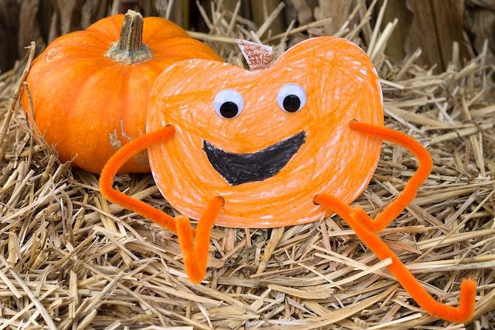 citrouille en papier dessin enfant crayons pastels orange et noir, des yeux mobiles, bras et jambes en cure pipe