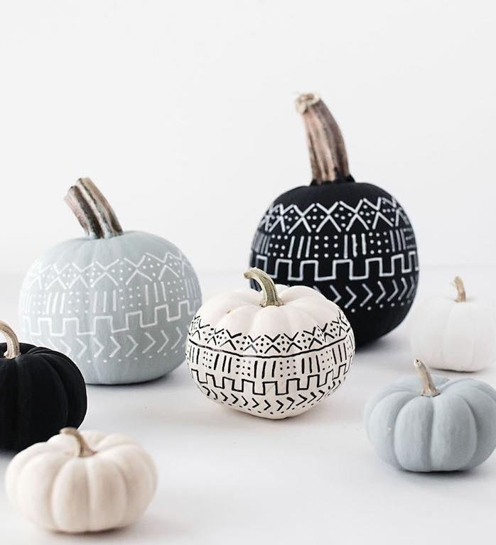 citrouille, potirons repeints de peinture couleurs variées avec dessin motifs originaux en blanc et noir, décoration halloween a fabriquer