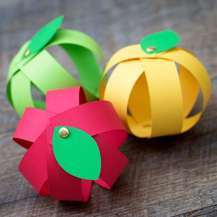 tuto pour réaliser une activité manuelle maternelle automne en bandes de papier colorées avec des épingles et feuilles verte papier