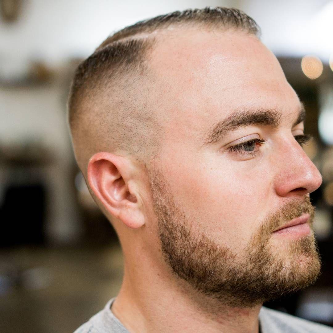 quelle coupe de cheveux homme dégarni choisir avec un début de calvitie sur les golfes et le front, coiffure homme dégradé court et raie sur le coté avec avec alopécie et barbe courte