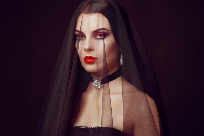 maquillage vampire veuve chic et glamour, maquillage des yeux et de la bouche rouge carmin