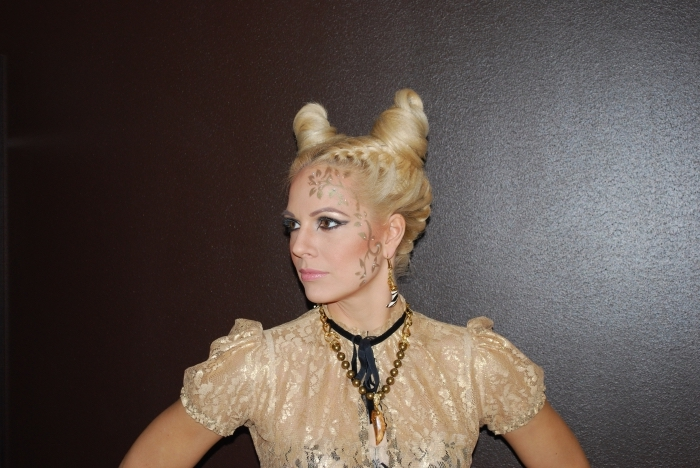 une coiffure facile avec chignons effet cornes de diable pour compléter votre déguisement diablesse