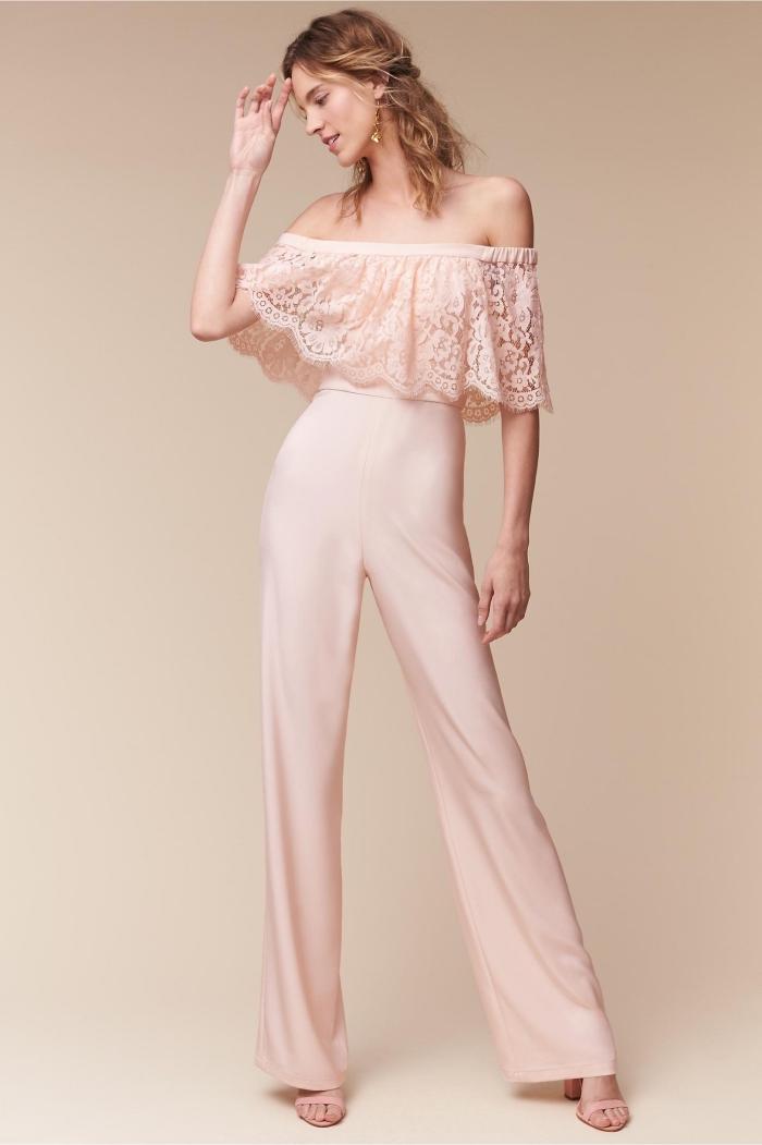 exemple de combinaison pantalon femme chic de couleur rose pâle à design pantalon fluide avec top à volant et aux épaules dénudées