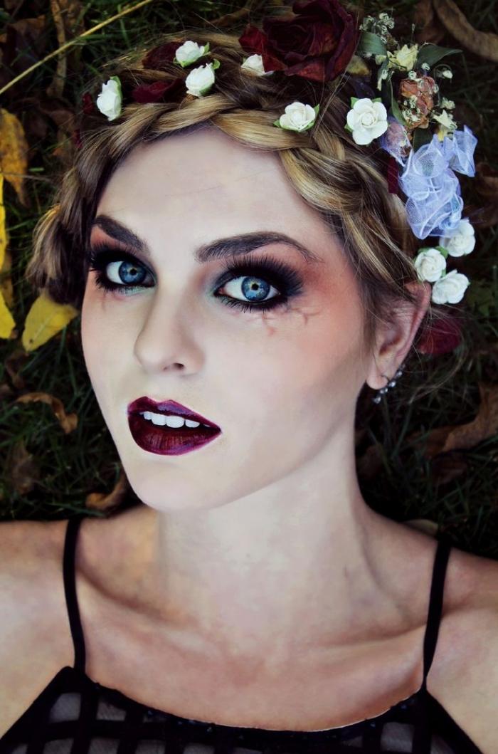 idée de maquillage vampire fille fantaisiste et ensorcelant , une fée-vampire avec une jolie bouche bordeaux parfaitement dessinée et des yeux charbonneux noir et rouge aux veines apparentes