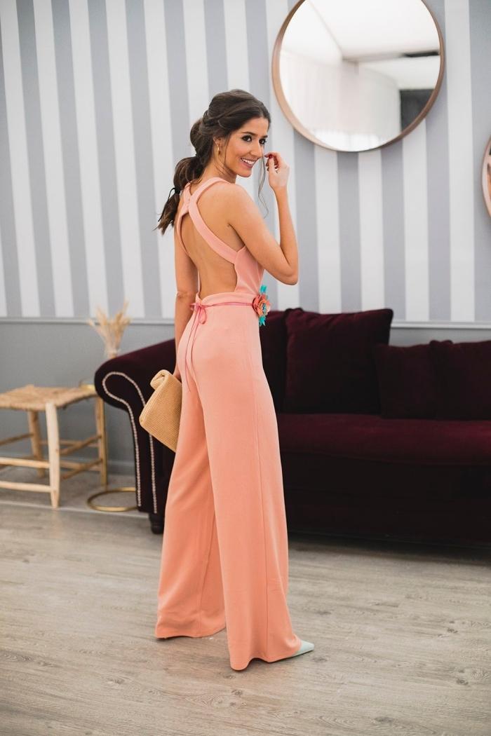 vision chic et élégante en combi pantalon rose pastel à dos croisé avec ceinture fine, idée quelle couleur porter à un mariage
