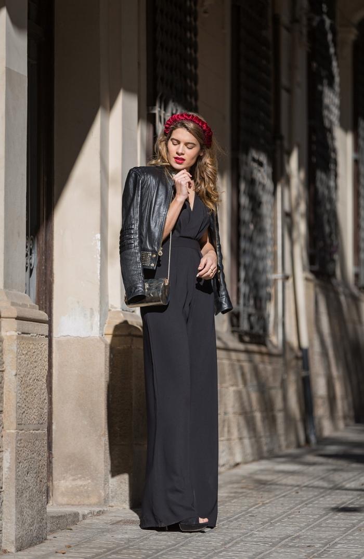 look total noir femme pour assister à un mariage, modèle ensemble tailleur femme chic noir aux jambes fluides combiné avec veste en cuir noir