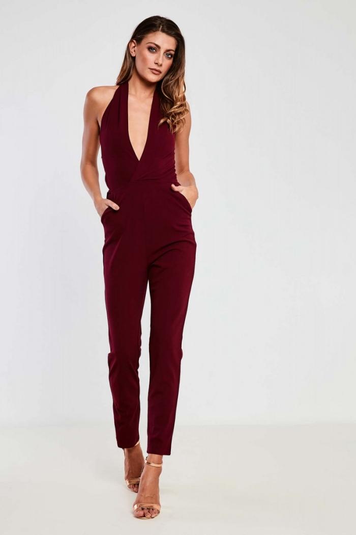 idée comment bien s'habiller femme, modèle de combinaison chic et moderne de couleur bordeaux à décolleté en V