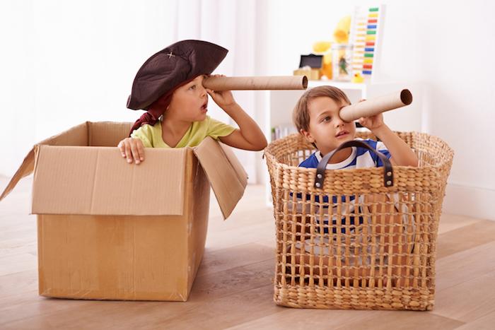 jeu de pirate, idée de jeu de rôle ou chasse au trésor à l intérieur, enfants en deguisement pirate dans panier et grand carton en guise de bateau
