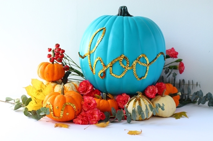 décoration ou decoupe citrouille halloween facile, modèle citrouille peinte en bleu avec lettres halloween en strass doré