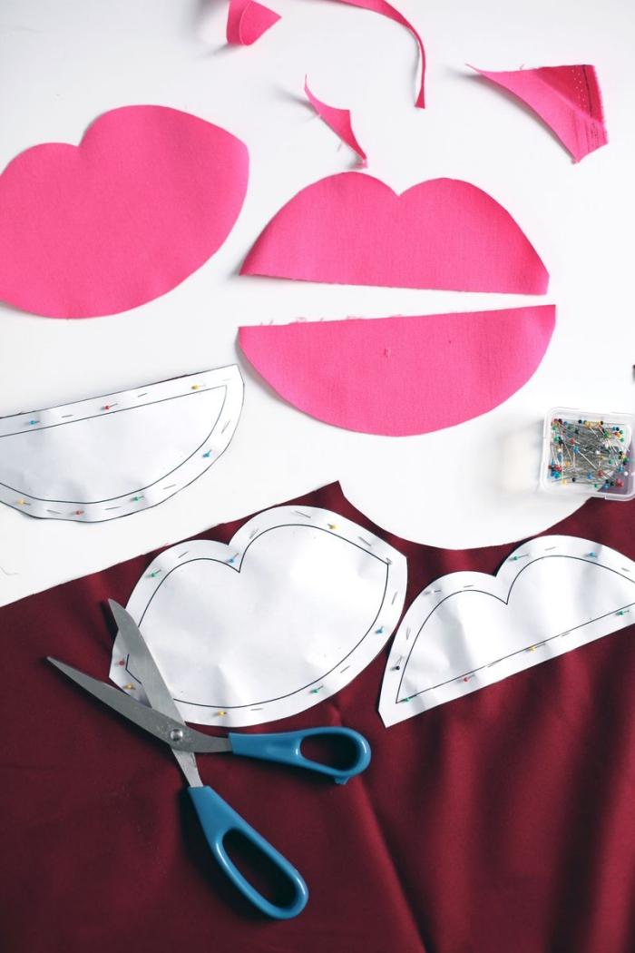 coudre une trousse de toilette en forme de bouche en utilisant un patron téléchargeable, sac pochette de fantaisie en tissu rose avec fermeture éclair blanche contrastante