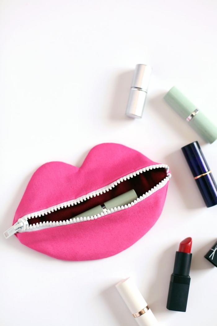 projet de couture facile à réaliser soi-même pour une trousse a maquillage au design original en forme de bouche rose avec fermeture éclair blanche