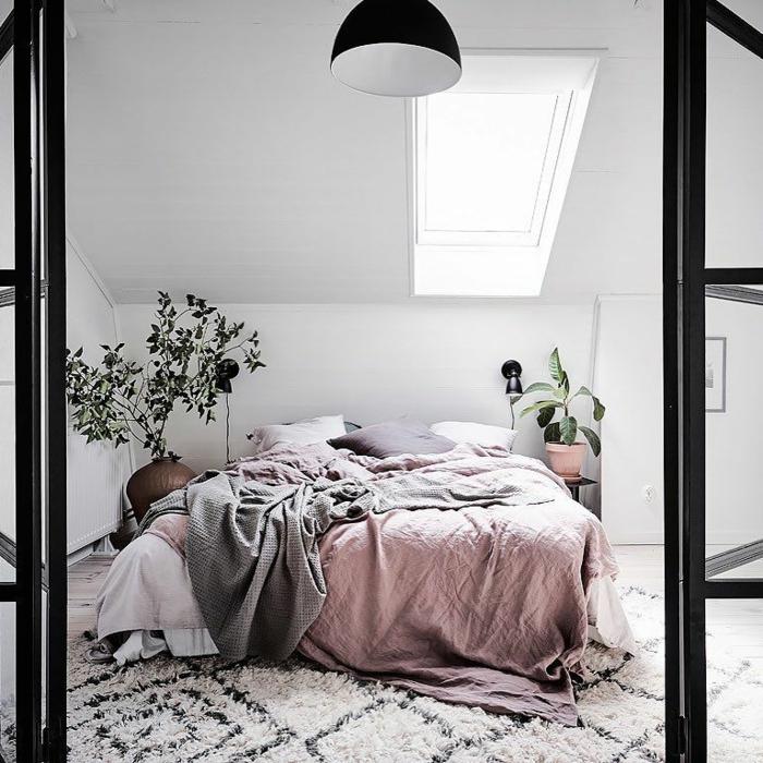 tapis berbère, lit rose et gris, lampe industrielle, pots de fleurs, puits de lumière, deco cocooning couleurs pastels