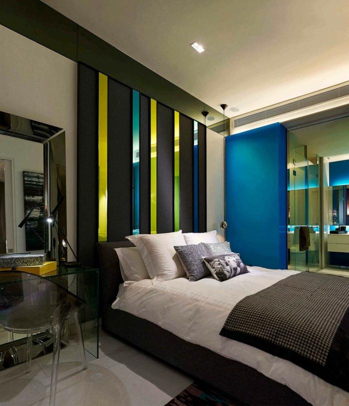 chambre avec un mur bleu, décorer un grand pan de mur, miroir géant, salle de bain lumineuse