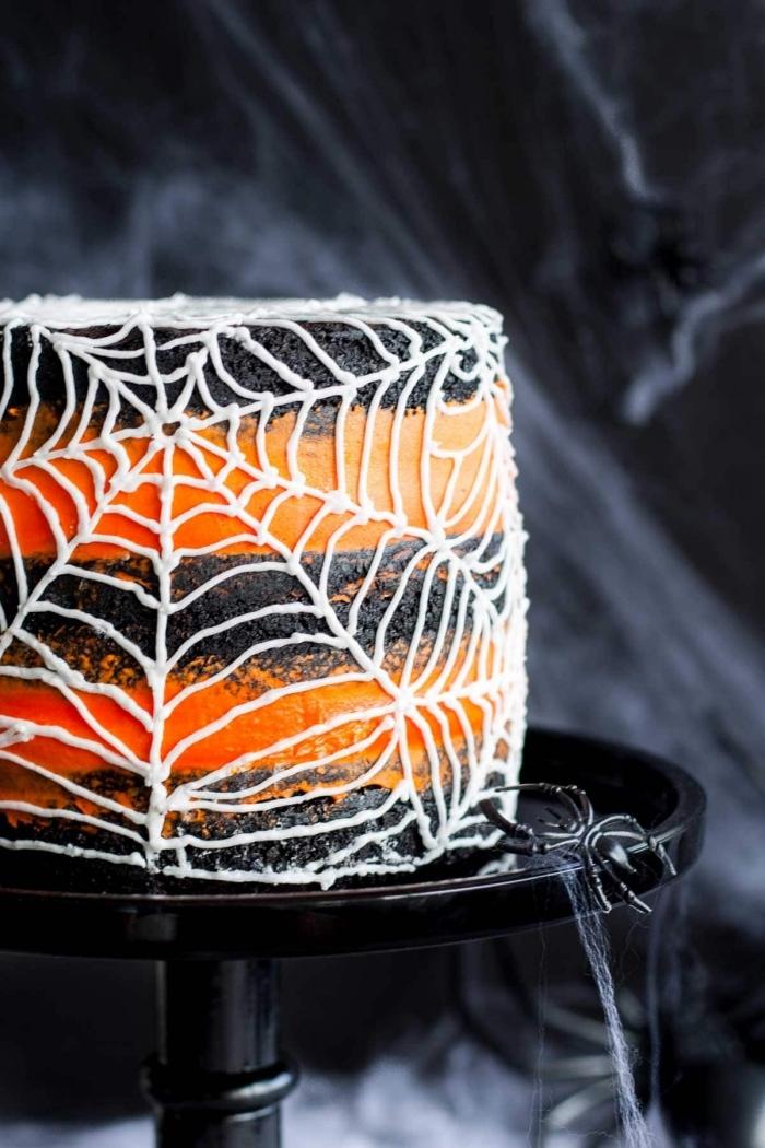 faire un gateau halloween facile en noir et orange, exemple de gâteau en biscuits oréo avec ganache orange et déco en chocolat blanc