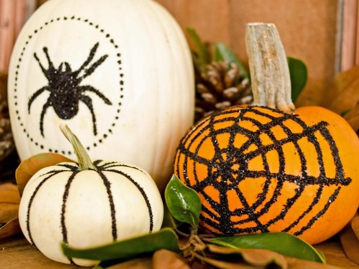 objets de déco Halloween facile à faire, citrouille blanche ou orange à déco en paillette noire en forme de toile d'araignée