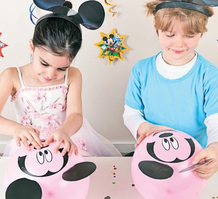 comment decorer un ballon rose à stickers motif mickey mouse à coller dessus, anniversaire 6 ans original sur theme disney
