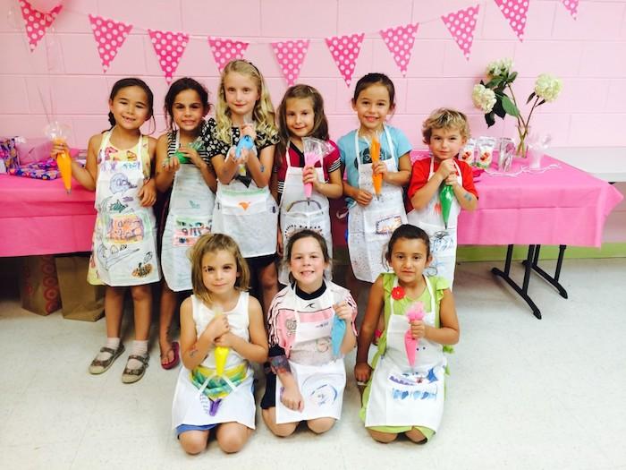 organiser un atelier culinaire pour decorer un gateau avec une poche à douille, gouter d anniversaire surprise enfant originale