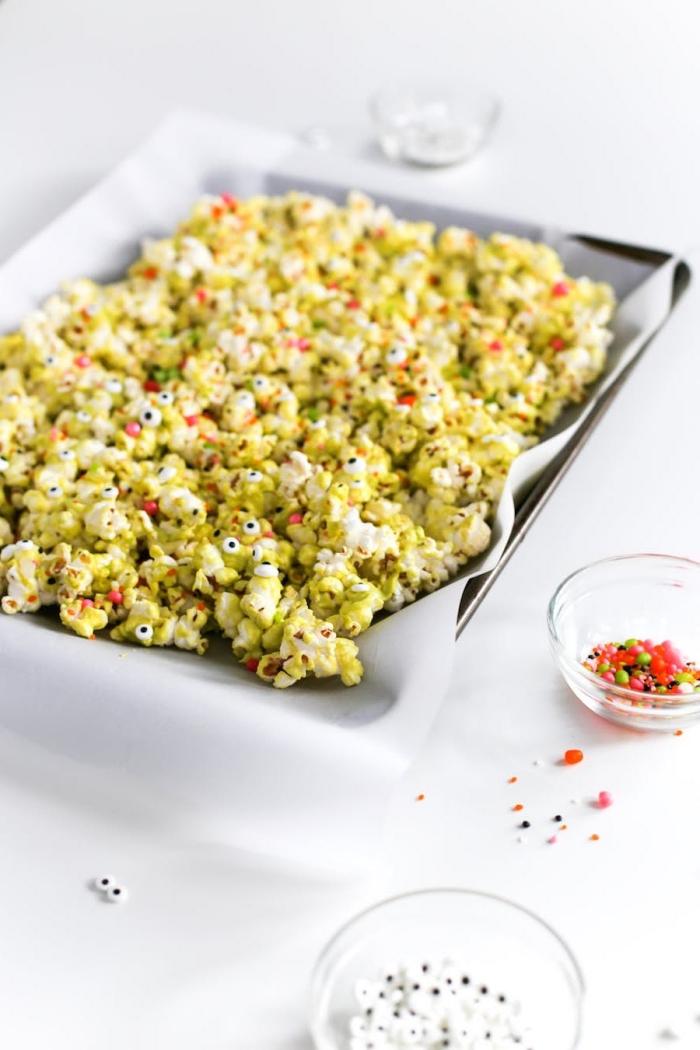 recette de pop-corn colorés monstrueux aux multiples yeux de monstre, coloré avec du candy melt vert