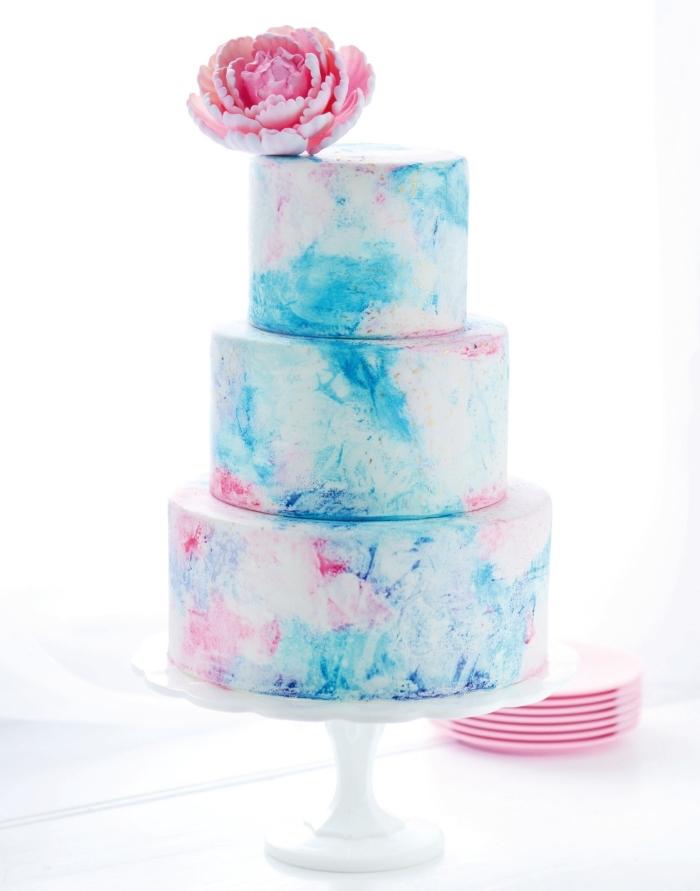 un gâteau de mariage pièce montée au glaçage effet aquarelle, glacage gateau aquarelle
