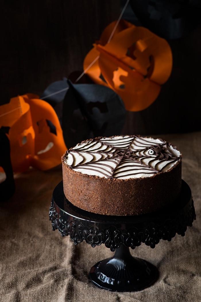 exemple de gateau halloween araignée au chocolat avec décoration glaçage chocolat blanc à dessin toile d'araignée au chocolat