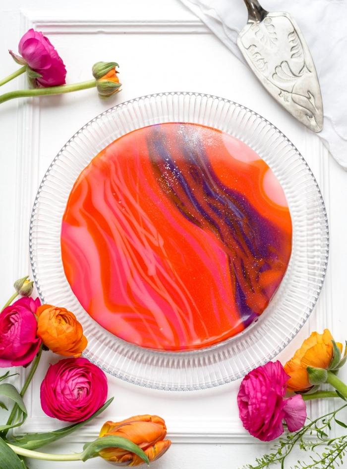 comment appliquer un glacage royal sur un gâteau, cheesecake sans cuisson au chocolat blanc, recouvert de glaçage brillant coloré et pailleté