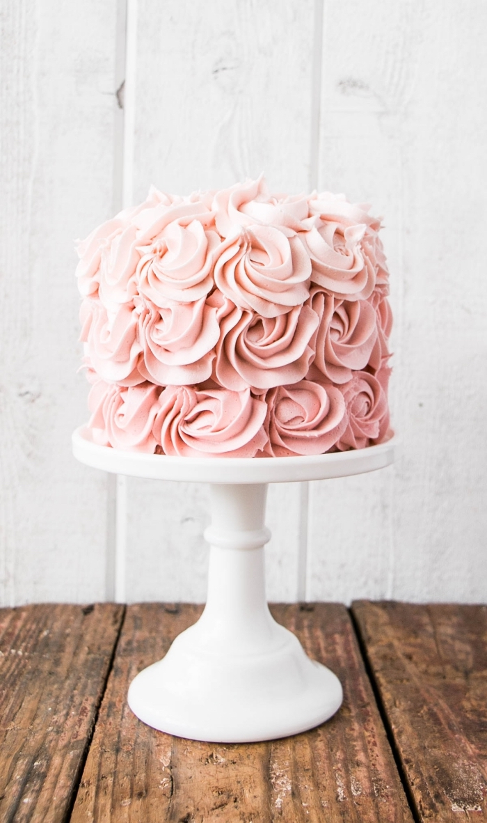 une rose cake d'une belle texture de roses réalisées avec du glacage de beurre et crème fouettée