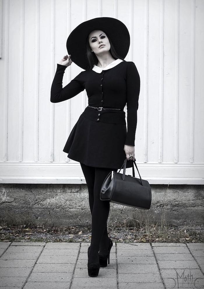 deguisement halloween femme simple en robe noire à vol blanc et bottines noires, capeline noire et maquillage noir et blanc