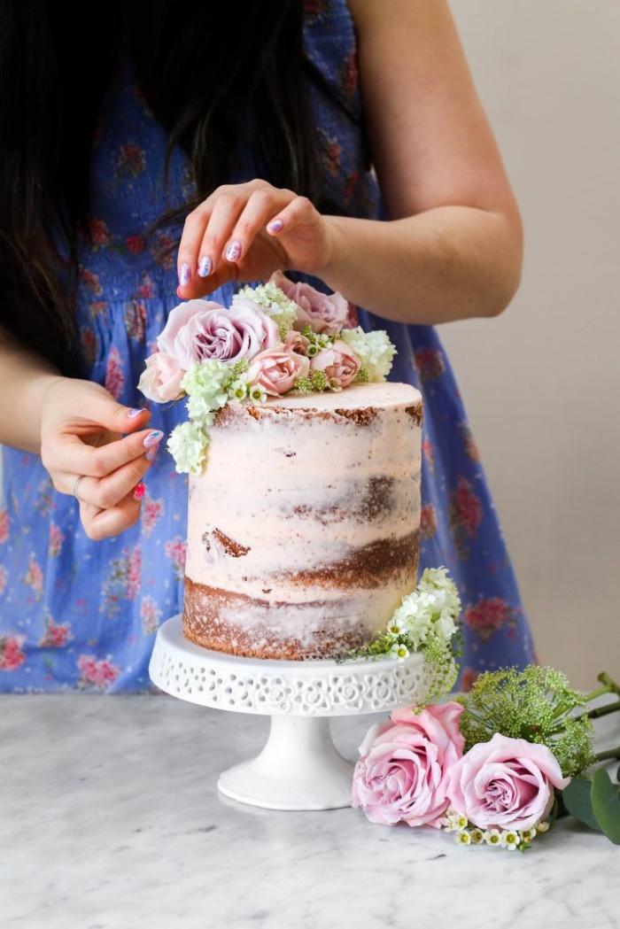 décoration gateau anniversaire pour un mariage sur thème champêtre, réalisée avec des fleurs, jolie composition florale pour décorer un gâteau naked cake