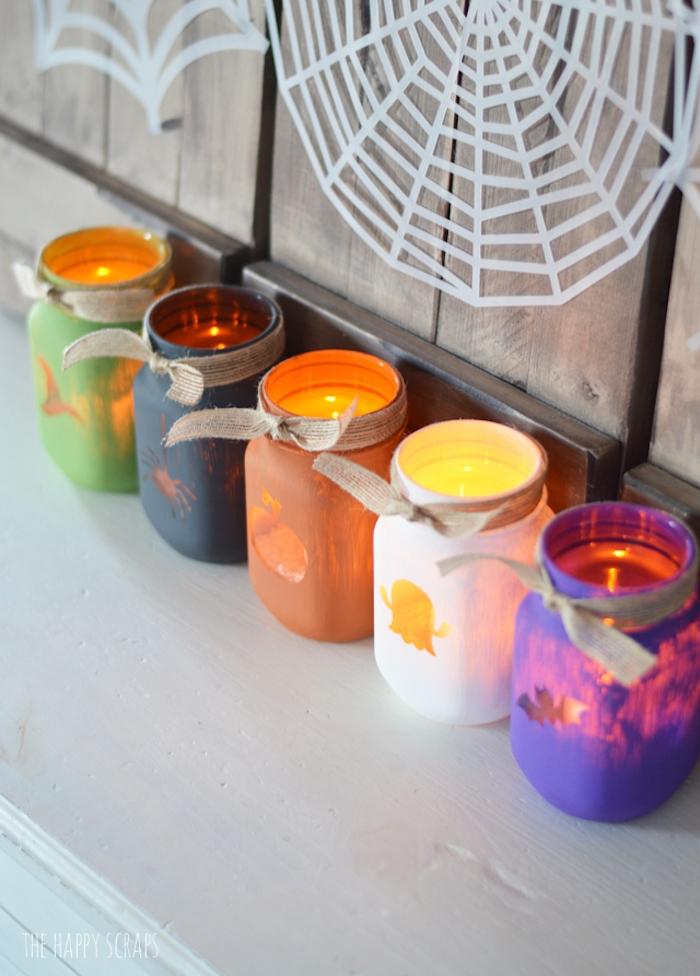 recyclage pot en verre décoré de peinture colorée avec un motif halloween, photophore halloween original, bricolage halloween facile