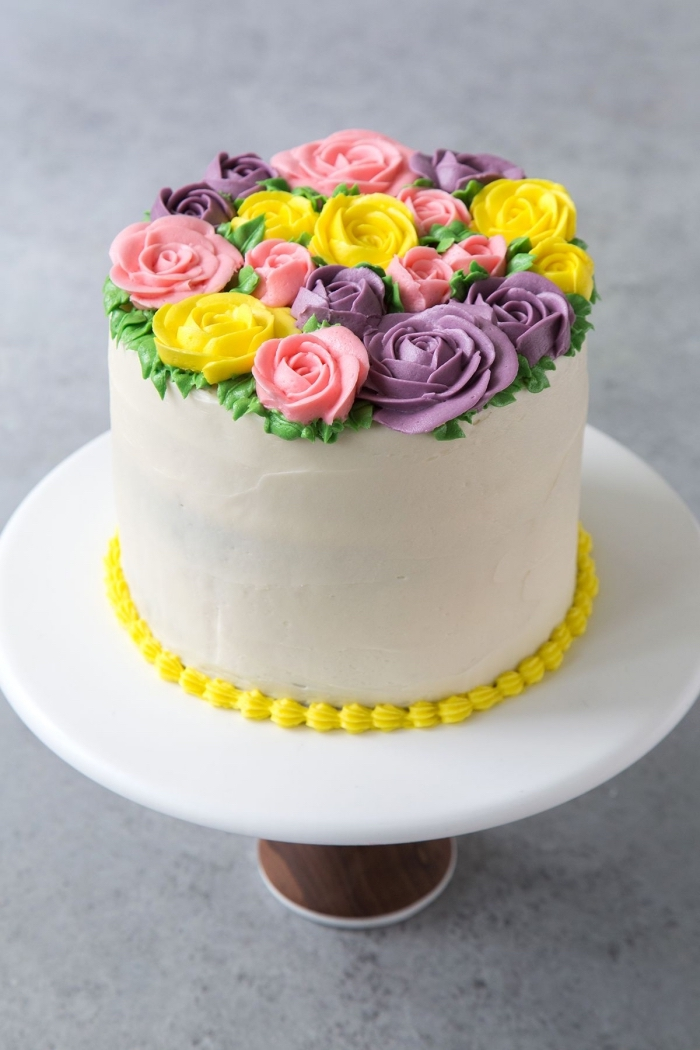 un simple décor en roses au glacage gateau coloré formées à l'aide d'une poche à douille, gâteau d'anniversaire à décoration florale en glaçage au beurre
