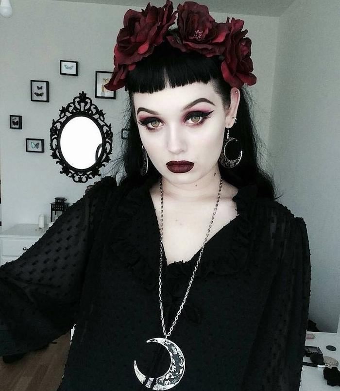 se maquiller sorcière style gothique, eye liner noir, fards à paupières rose, rouge à lèvres rouge bordeaux foncé, chemise noire et couronne de fleurs rouge foncé