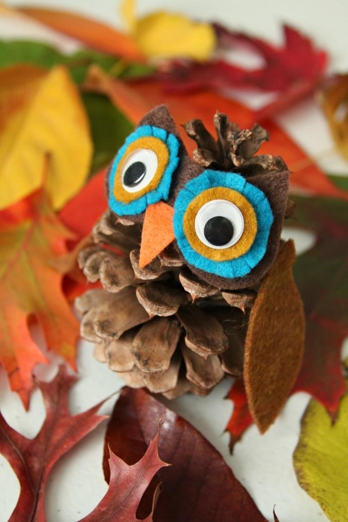 pomme de pin deco facile à réaliser, activité manuelle automne maternelle avec une petite création hibou en pomme de pin