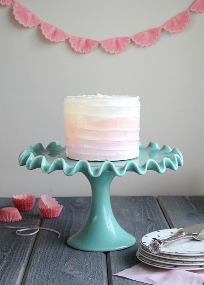 layer cake recouvert de nappage blanc et rose en dégradé, à belle texture
