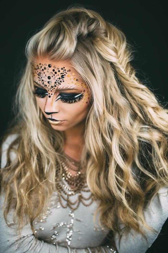 maquillage de lion artistique et glamour avec des strass collés au front, parfait pour un déguisement de dernière minute