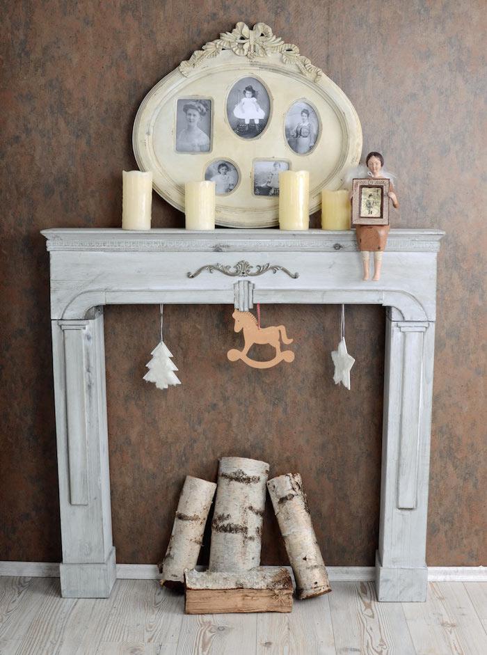 cadre de cheminée en bois gris patine pour déco de salon vintage et support cadre photos anciennes