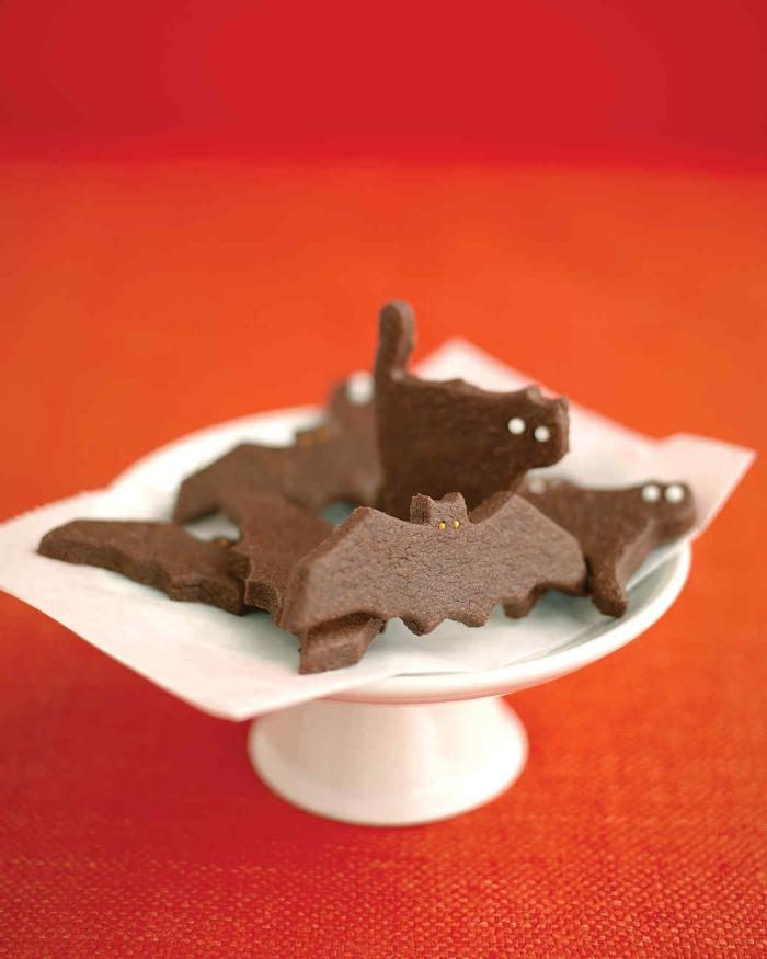 cookies au chocolat en forme de chauves-souris et de chats d'halloween pour le buffet sucré d'halloween