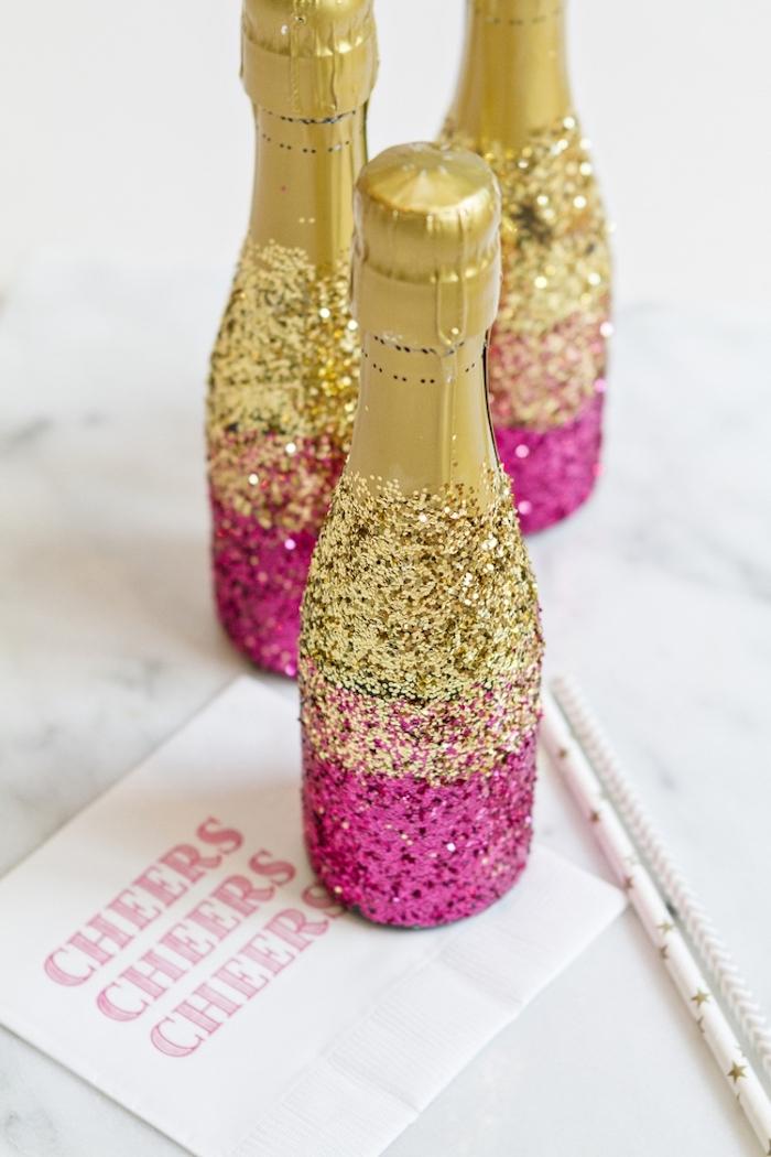 Idée déco diy décoration anniversaire 18 ans, joyeux anniversaire 18 ans, bouteilles décorés de brillant doré et rose