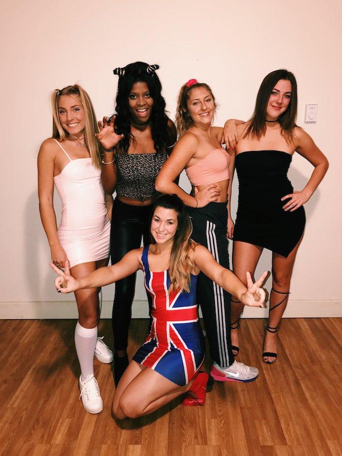 Spice girls costumes pour 5 amies, photo déguisement halloween fait maison, le style des années 90, deguisement de groupe simple à réaliser