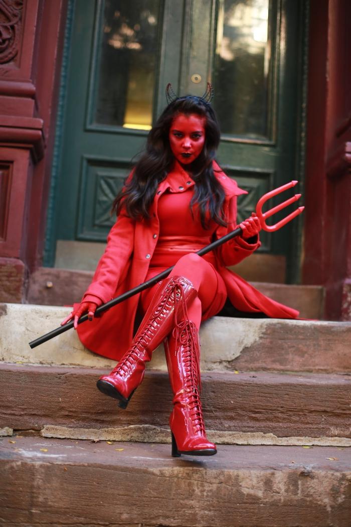 idée pour un déguisement diablesse glamour et sexy tout en rouge avec des bottes montantes rouges laquées, maquillage peau peinte en rouge et une bouche noire