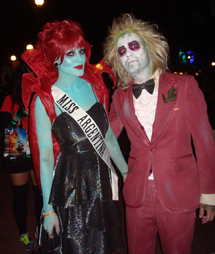 costume adulte Beetlejuice, peinture sur corps verte, robe en cuir, costume bordeau, idée déguisement duo celebre